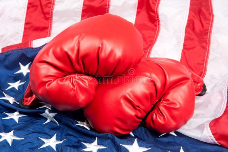 Verpackenhandschuhe auf amerikanischer Flagge lizenzfreies stockfoto