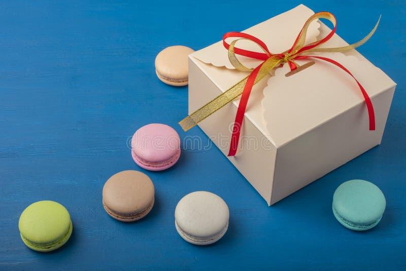 Verpackung auf einem blauen Hintergrund Bunte Plätzchen, macarons, Pastellfarben stockfoto