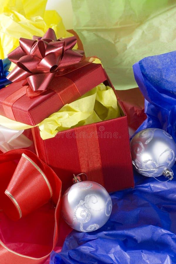 Verpackung der Weihnachtsgeschenke stockbild