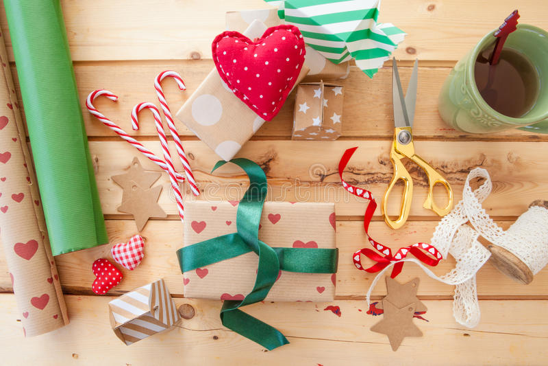 Verpackung der Weihnachtsgeschenke lizenzfreie stockfotografie