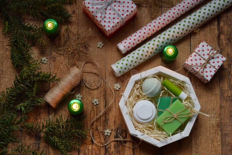 Verpackung kosmetisches Geschenk - Creme für den Körper, Badebombe, Seife, Lippenstift Zusammensetzung mit Präsentkarton, Packpap lizenzfreie stockfotografie