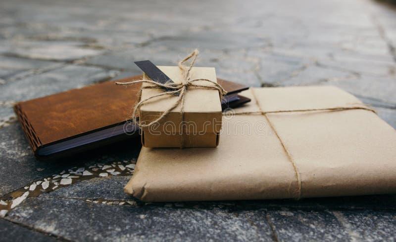 Verpackung Kraftpapier, ein Geschenkbuch, eine Geschenkbox stockbilder