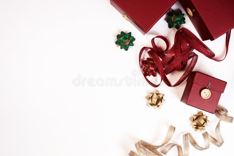 Verpackung von Geschenken auf einer weißen Tischplatteansicht stockfoto