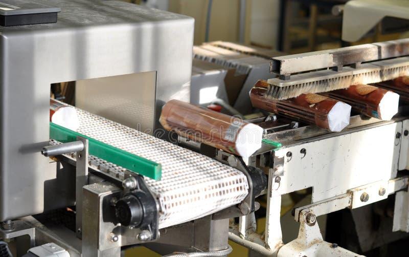 Verpackung von Keksen mit einer Maschine in einer Fabrik für Lebensmittel produ stockfoto