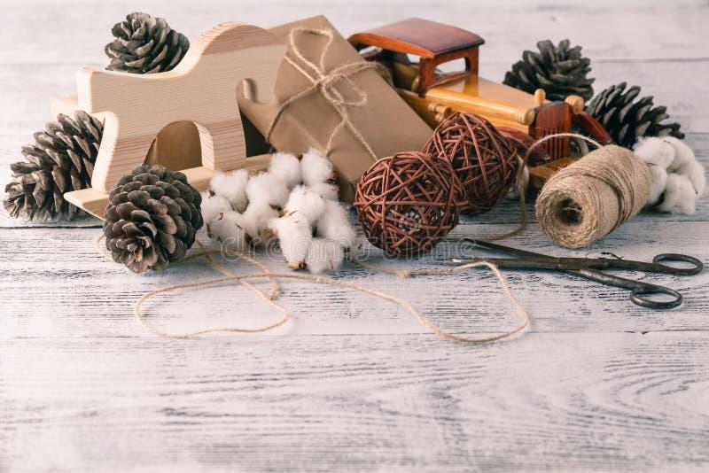 Verpackung von rustikalen eco Weihnachtspaketen mit braunem Papier, Schnur stockfoto