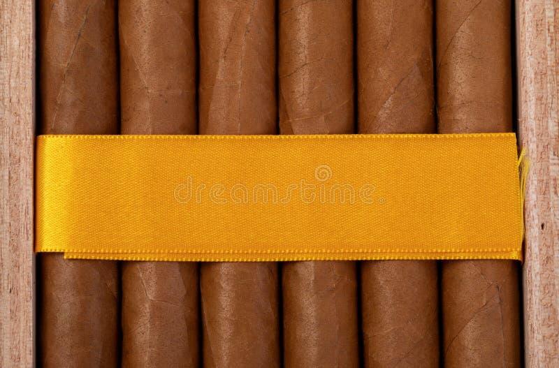 Verpackung von teuren kubanischen Zigarren stockfotos