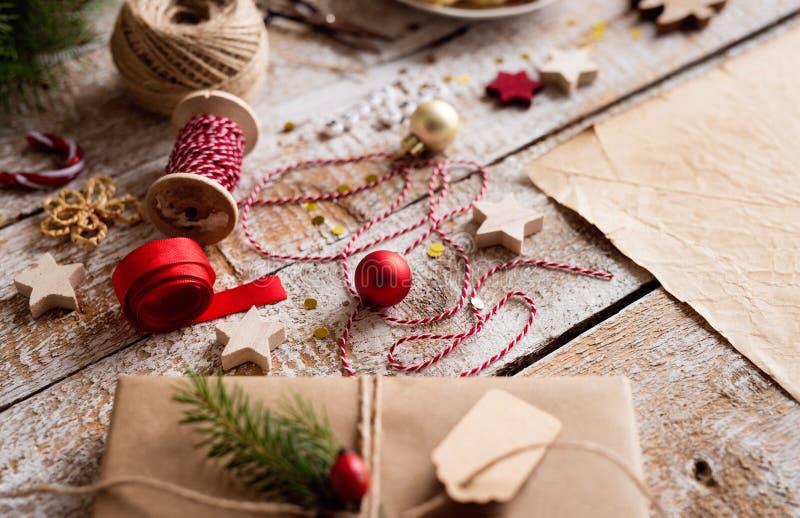 Verpackung von Weihnachtsgeschenken, Atelieraufnahme, hölzerner Hintergrund stockbilder