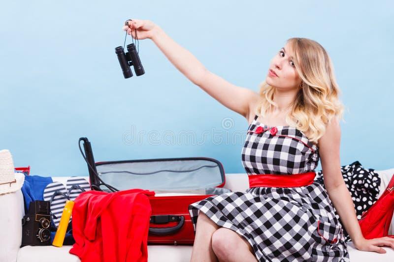 Verpackungskoffer der jungen Frau auf Couch lizenzfreie stockfotografie