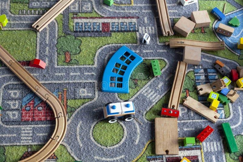 Verpakking van de kleurrijke onderwijzende speelgoedconstructor van een kind met een treinpatroon op de heldere kleurachtergrond  royalty-vrije stock afbeelding