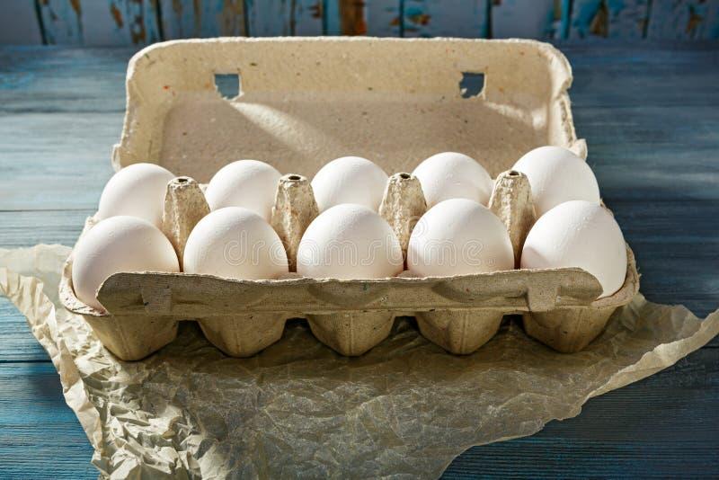 Verpakking van witte eieren stock afbeeldingen