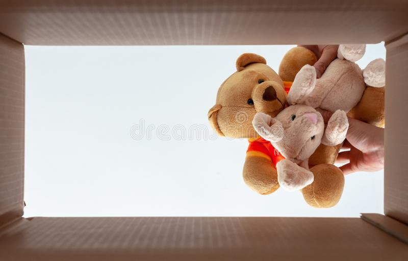 Verpakkingspoppen in de doos voor zich huis het bewegen De foto neemt uit bodemmening royalty-vrije stock foto's