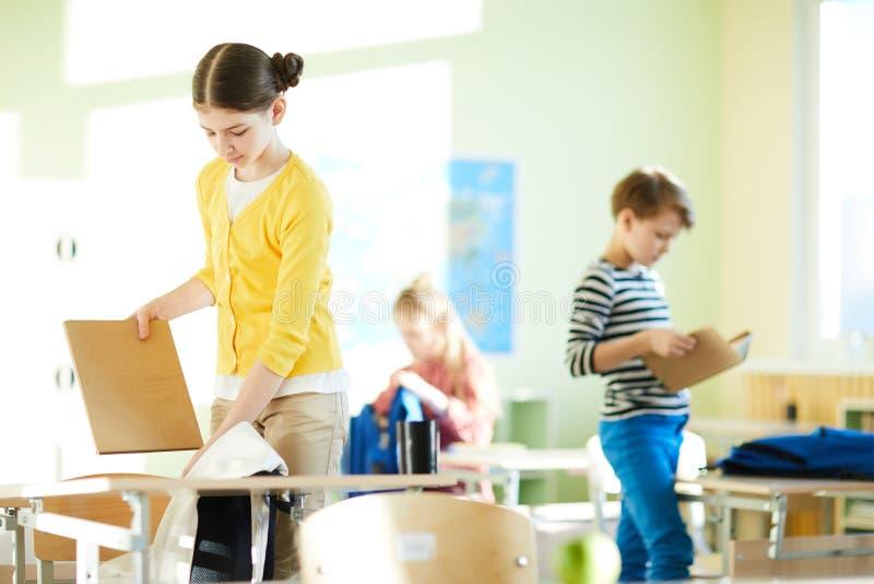 Verpakkingsschooltassen na klasse royalty-vrije stock afbeeldingen