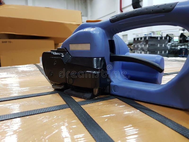 Verpakkingstoebehoren bij werkplaats van de industrie, het Semi Auto Vastbinden royalty-vrije stock afbeeldingen