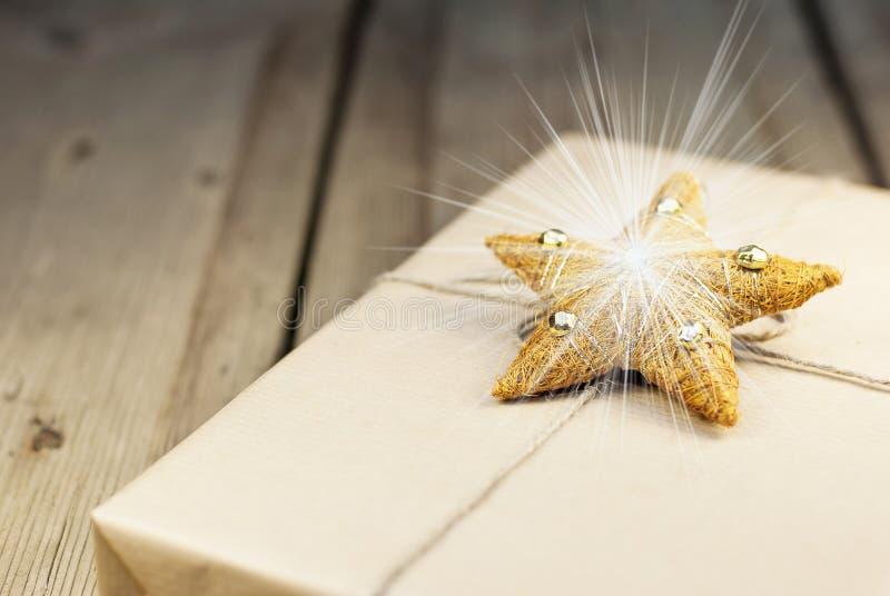 Verpakte giftdoos met het spharkling van Cristmas-decoratie royalty-vrije stock fotografie