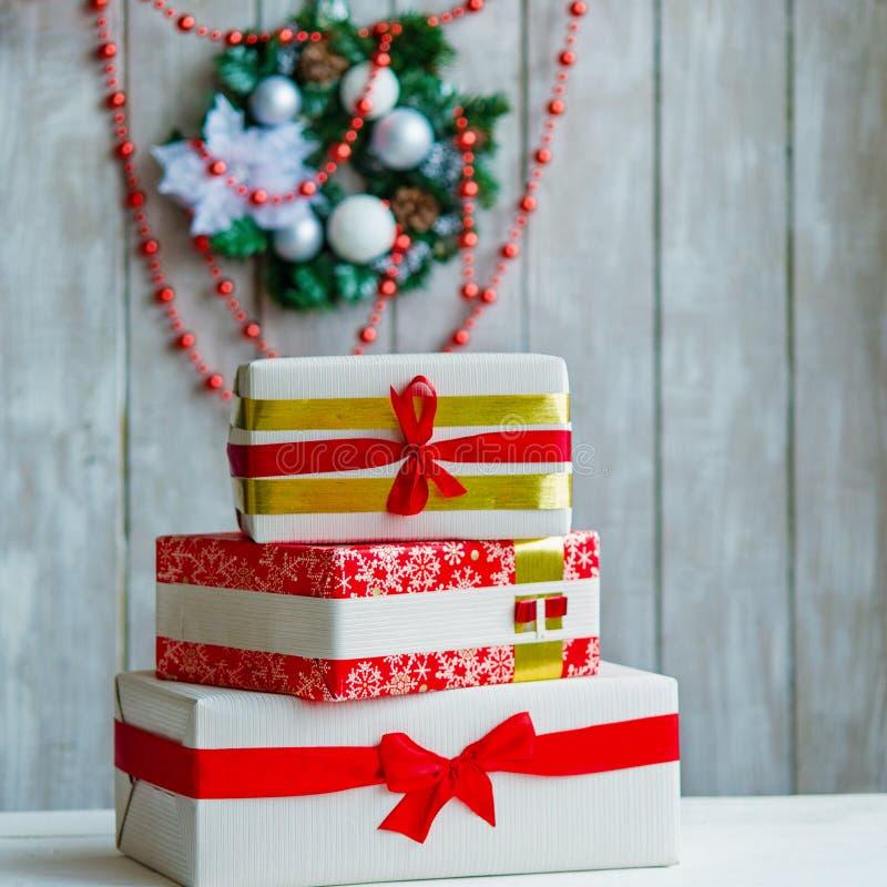 Verpakte giftdozen en Kerstmiskroon royalty-vrije stock foto