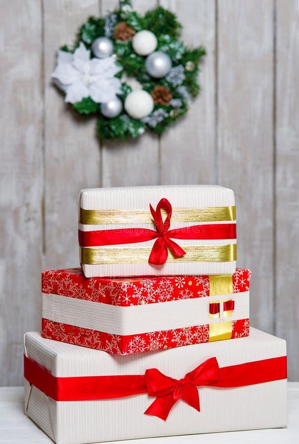 Verpakte giftdozen en Kerstmiskroon stock foto's