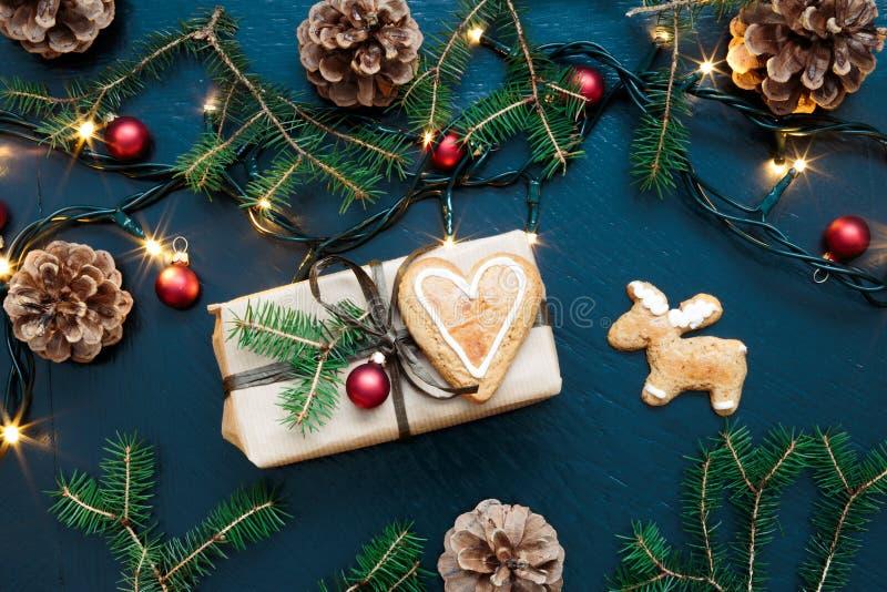 Verpakte Kerstmis huidig met decoratie stock foto's