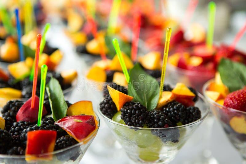 Verpflegungs-Lebensmittel-Hochzeits-Ereignis-Tabelle Buffetlinie in der Hochzeit Köstliche Aperitifnahaufnahme stockfoto