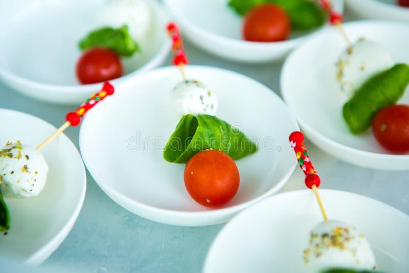 Verpflegungs-Lebensmittel-Hochzeits-Ereignis-Tabelle Buffetlinie in der Hochzeit Köstliche Aperitifnahaufnahme stockfotos