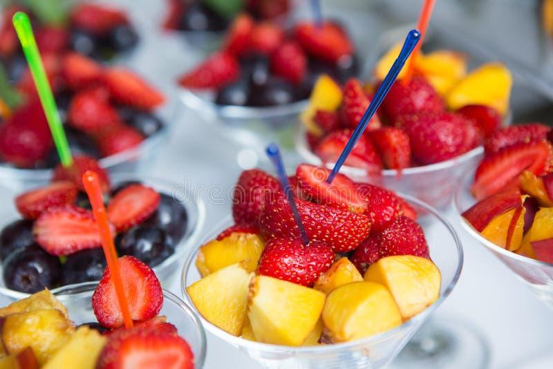 Verpflegungs-Lebensmittel-Hochzeits-Ereignis-Tabelle Buffetlinie in der Hochzeit Köstliche Aperitifnahaufnahme stockbild