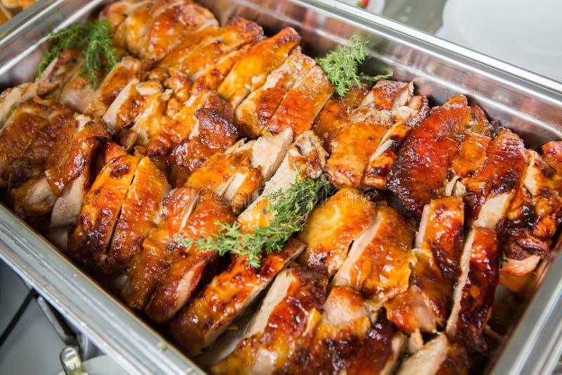 Verpflegungs-Lebensmittel-Hochzeits-Ereignis-Tabelle Buffetlinie in der Hochzeit Köstliche Aperitifnahaufnahme lizenzfreie stockfotografie