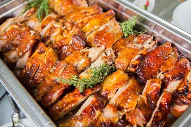 Verpflegungs-Lebensmittel-Hochzeits-Ereignis-Tabelle Buffetlinie in der Hochzeit Köstliche Aperitifnahaufnahme lizenzfreie stockfotos