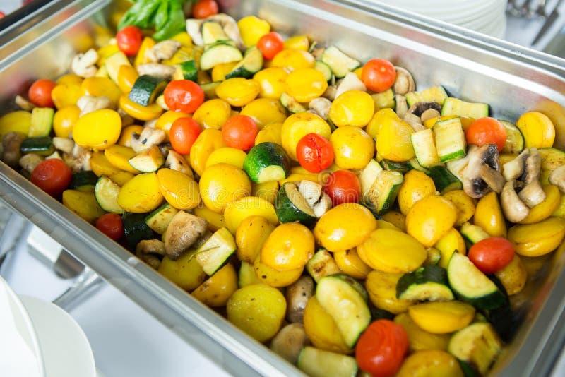 Verpflegungs-Lebensmittel-Hochzeits-Ereignis-Tabelle Buffetlinie in der Hochzeit Köstliche Aperitifnahaufnahme stockfotografie