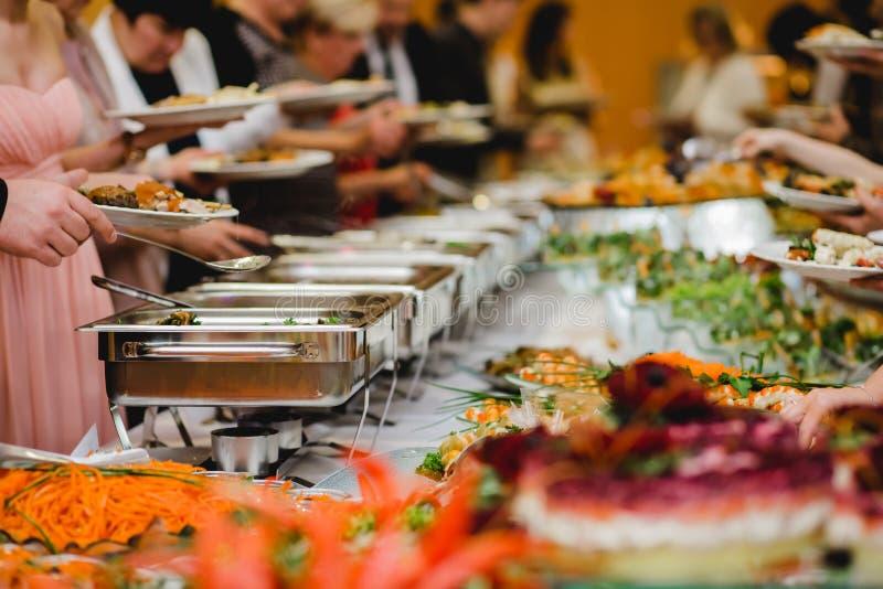 Verpflegungslebensmittel-Hochzeitsbuffet lizenzfreies stockfoto