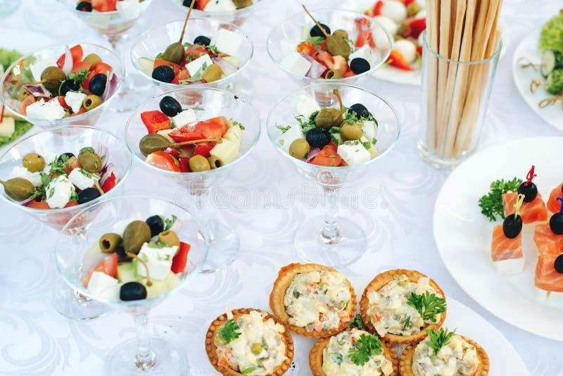 Verpflegungspartei Lebensmittelsnäcke und -aperitifs in Gläsern auf Tabelle Verpflegungsbankettisch Cocktailereignisse Cateringe  lizenzfreie stockfotos