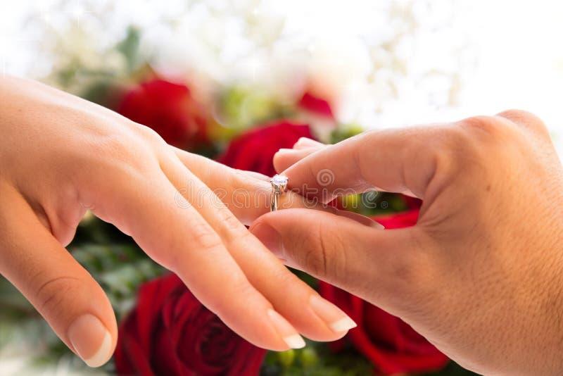 Verpflichtung und Antrag zur Heirat stockbild