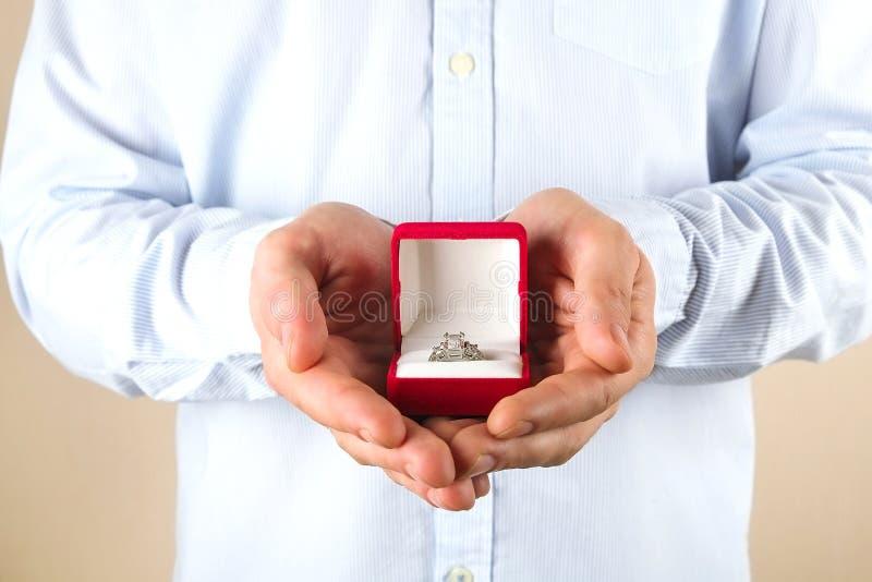 Verpflichtungs-/Heirat-/Heiratsantragszene Schließen Sie oben vom Mann, der seiner Braut den teuren Goldplatin-Diamantring übergi lizenzfreie stockfotos