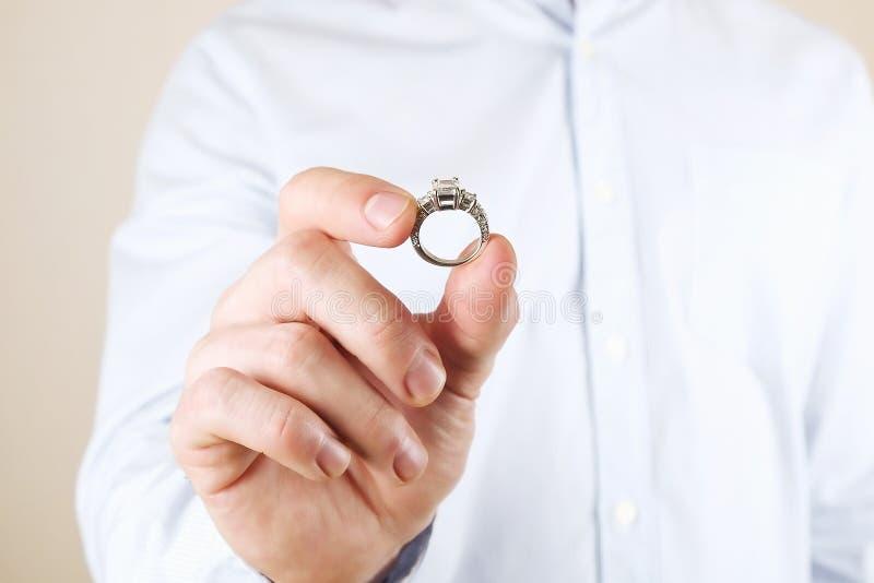 Verpflichtungs-/Heirat-/Heiratsantragszene Schließen Sie oben vom Mann, der seiner Braut den teuren Goldplatin-Diamantring übergi stockbilder