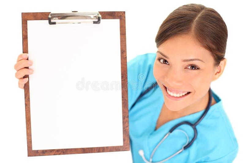 Verpleegster/arts die leeg klembordteken tonen royalty-vrije stock fotografie
