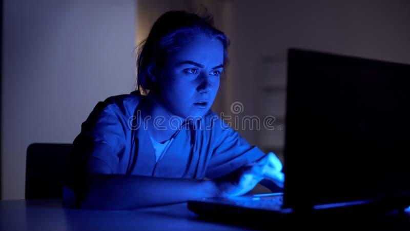 Verpleegster bij plicht het typen op laptop, die uiterste termijn op het werk haasten zich te ontmoeten, nachtploeg royalty-vrije stock foto's