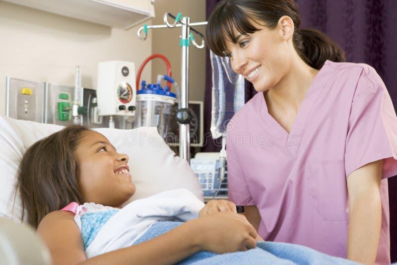 Verpleegster die aan Jonge Patiënt spreekt royalty-vrije stock afbeelding
