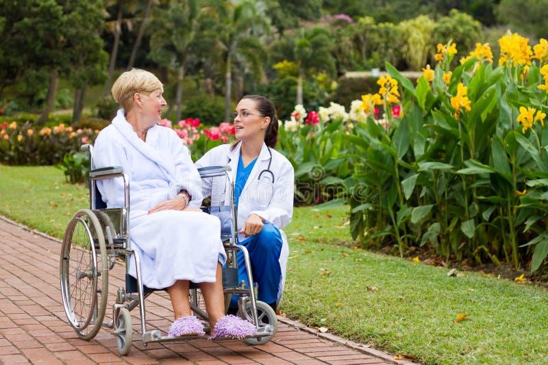 Verpleegster die aan patiënt spreekt royalty-vrije stock afbeeldingen