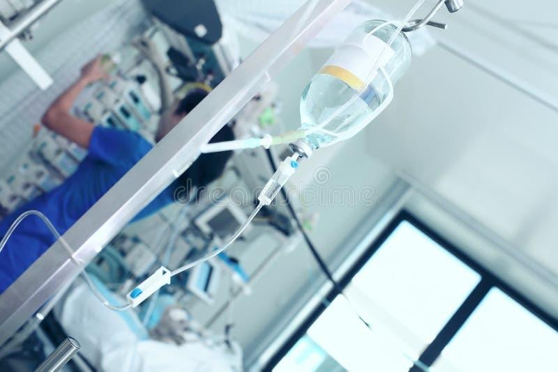 Verpleegster die in de ruimte van de patiënt werken royalty-vrije stock foto's