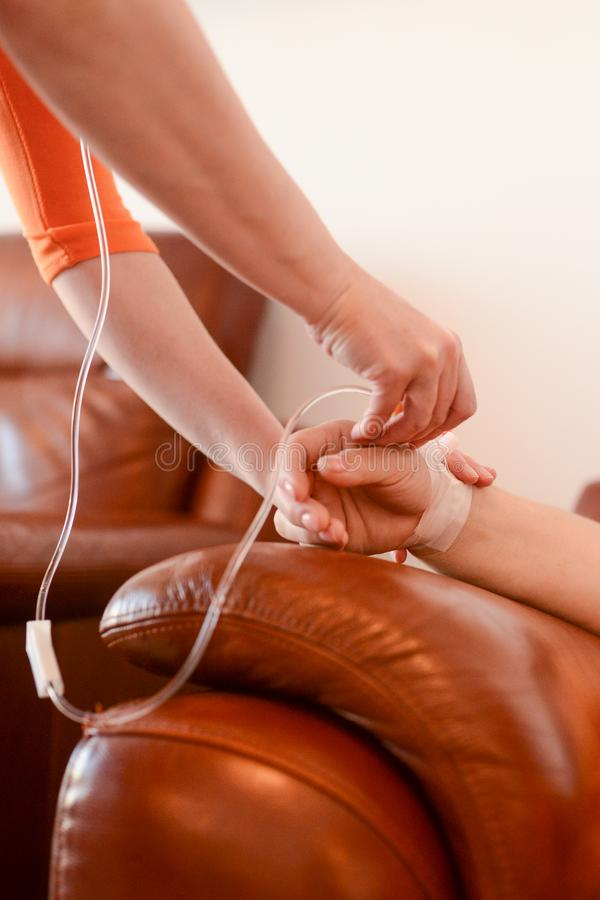 Verpleegster die een IV opnemen stock afbeelding