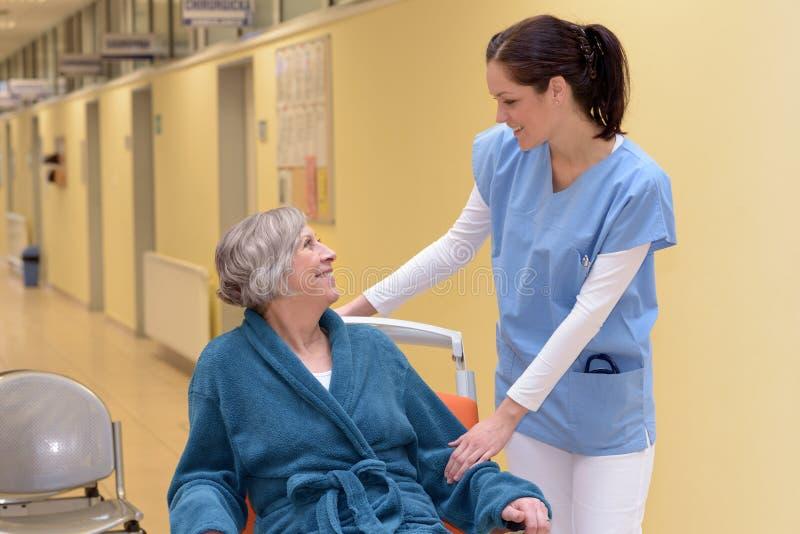 Verpleegster die hogere patiënt troosten royalty-vrije stock fotografie