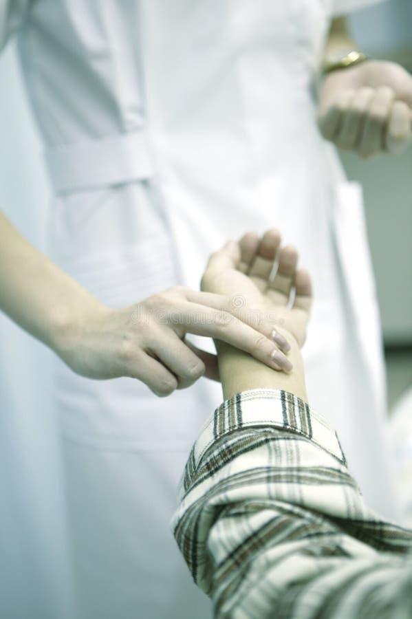 verpleegster die impuls controleren stock foto