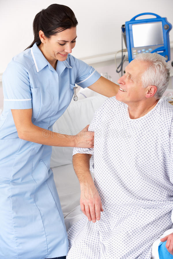 Verpleegster die mannelijke patiënt in het UK A&E helpt royalty-vrije stock foto