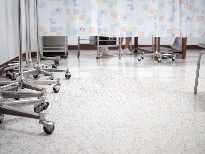 Verpleegster die met patiënt achter het gordijn werken stock fotografie