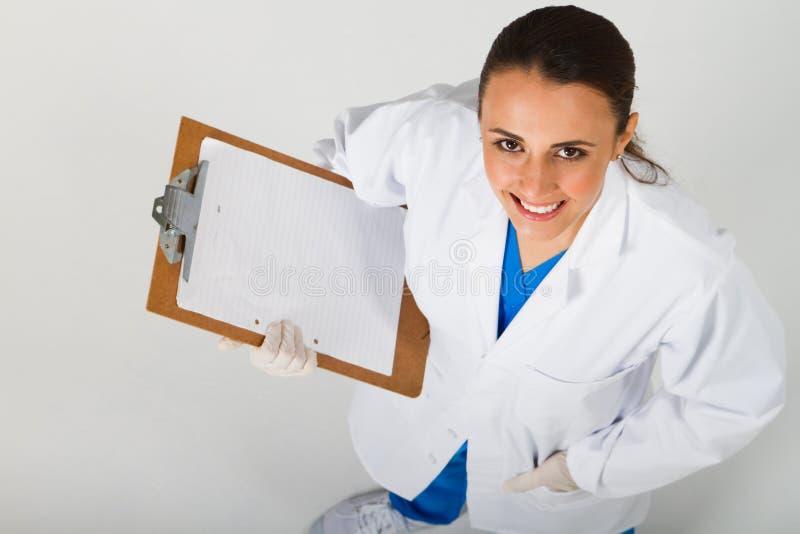 Verpleegster die omhoog kijkt stock afbeeldingen