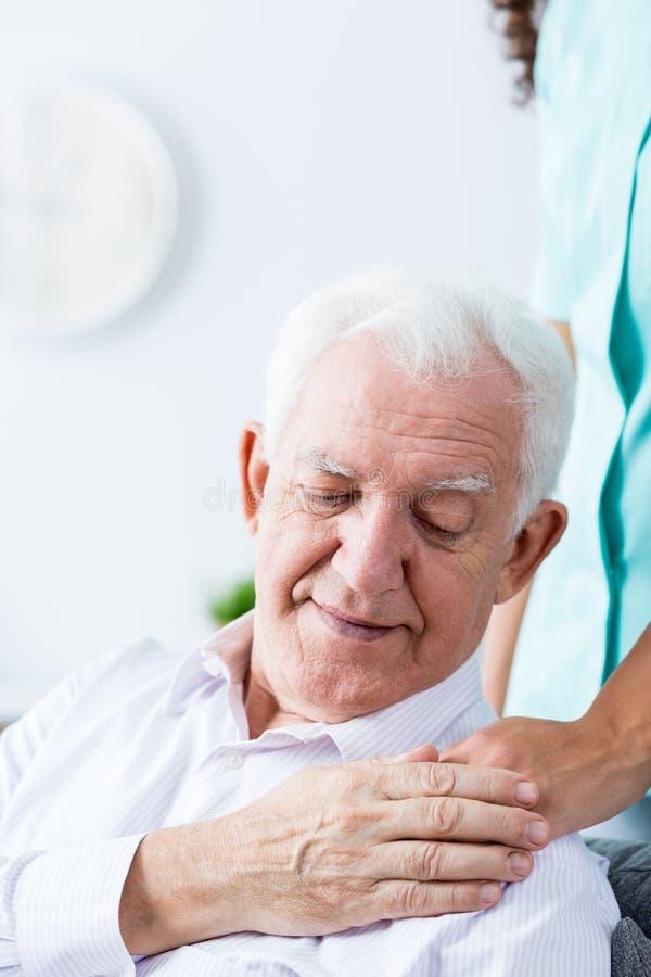 Verpleegster die somebody nuttige hand geven stock afbeelding