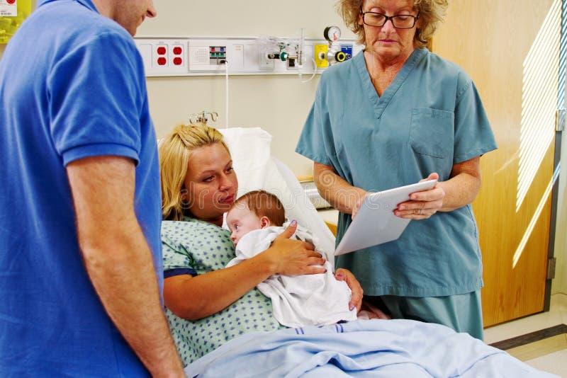 Download Verpleegster Die Tablet Gebruiken Om Instructies Aan Ouders Te Geven Stock Afbeelding - Afbeelding bestaande uit instructies, tablet: 39107071