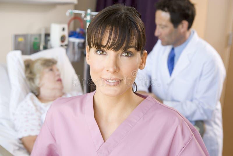 Verpleegster en arts met patiënt royalty-vrije stock afbeeldingen