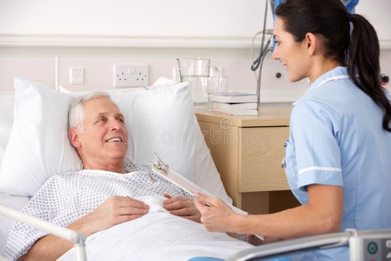 Verpleegster en mannelijke patiënt in het UK A&E royalty-vrije stock foto's