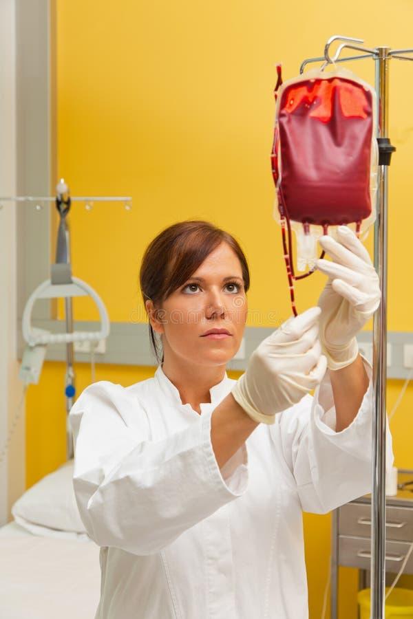 Verpleegster in het ziekenhuis met bloedfles. royalty-vrije stock afbeelding