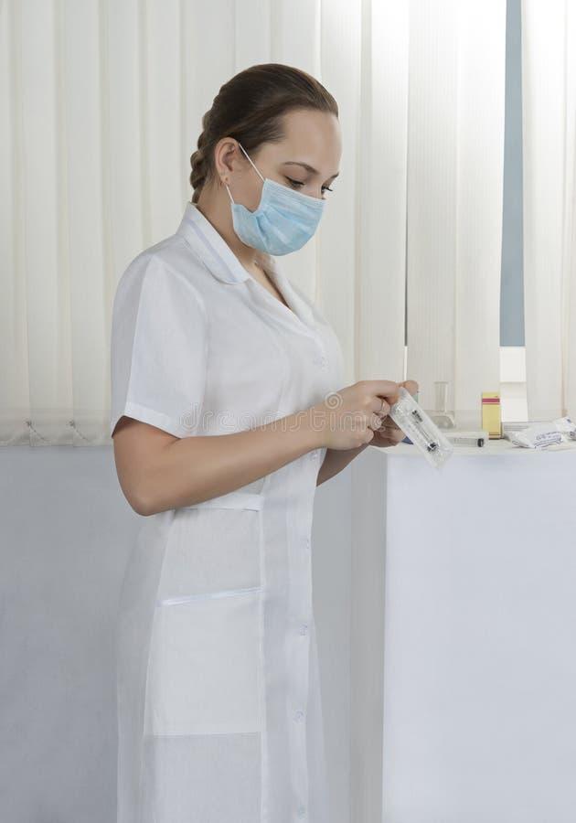 Verpleegster in het ziekenhuisafdeling op het werk stock foto's