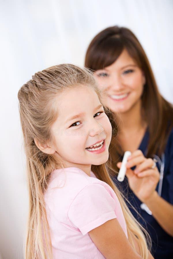 Verpleegster: Meisje Gelukkig om bij Controle omhoog te zijn stock afbeeldingen